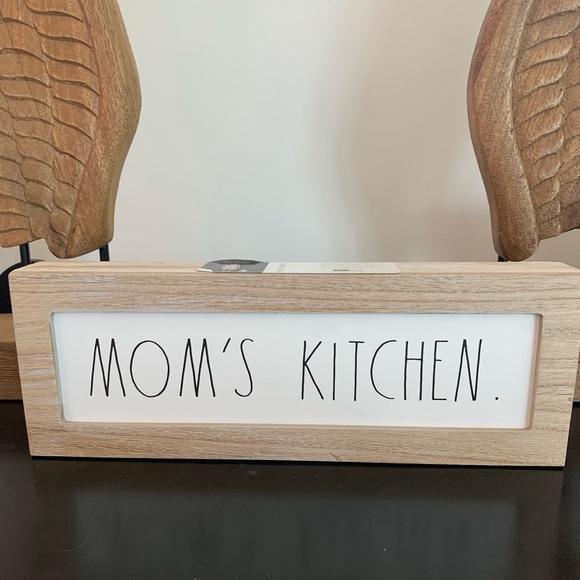 MOM'S KITCHEN sign